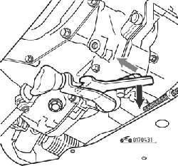 Потяните фиксатор вниз и поверните его на угол 45° (стрелкой показан болт хомута)