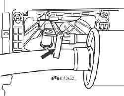 Регулировка зазора 9,0 мм в приводе механизма переключения передач (стрелкой показан щуп)