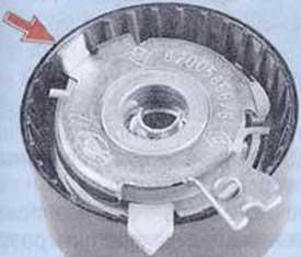 Выступ на натяжном ролике должен совпасть с пазом на двигателе - Renault Logan II замена и регулировка натяжения ремня привода ГРМ K4M