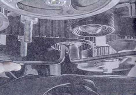 Зафиксируйте ключом-шестигранником - Renault Logan II замена и регулировка натяжения ремня привода ГРМ K4M
