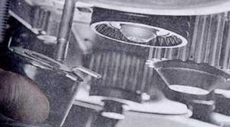 Окончательно отверните гайку крепления натяжного ролика - Renault Logan II замена и регулировка натяжения ремня привода ГРМ K4M
