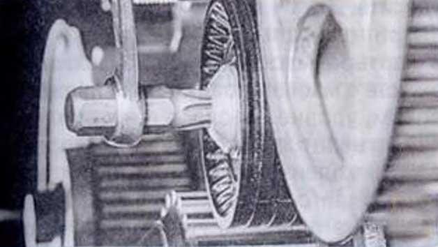 Выверните болт крепления промежуточною ролика - Renault Logan II замена и регулировка натяжения ремня привода ГРМ K4M